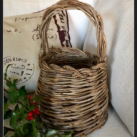 VINTAGE TWIG BASKET WITH HANDLE IN BEEHIVE SHAPE